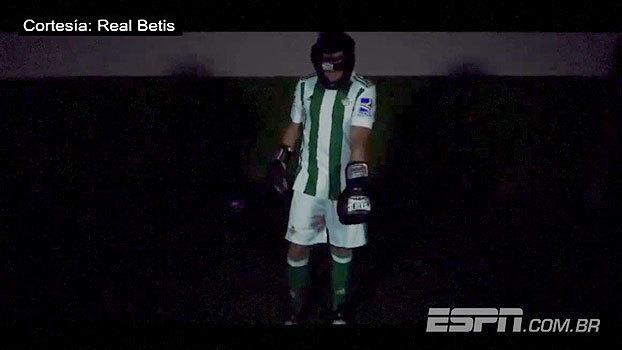Novidade! Ex-Leverkusen e PSV, reforço do Betis tem apresentação curiosa vestido de boxeador