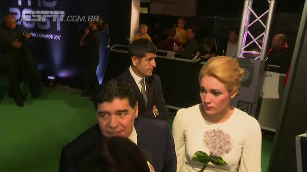 Como é? Maradona chega falando três línguas diferentes em premiação da Fifa