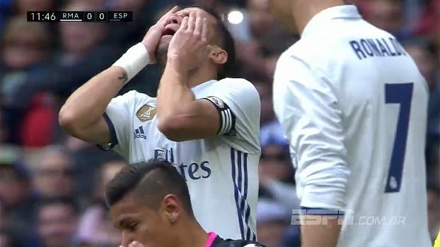 Tempo real: Pepe cabeceia após cobrança de escanteio, e a bola vai para fora