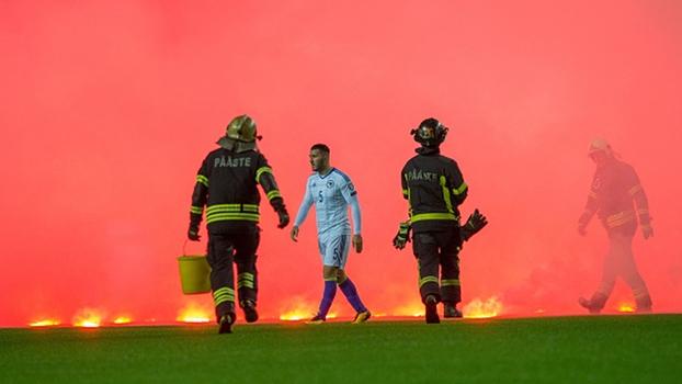Torcida bósnia faz muita fumaça com sinalizadores e interrompe jogo nas  Eliminatórias Europeias 68fb30098353d