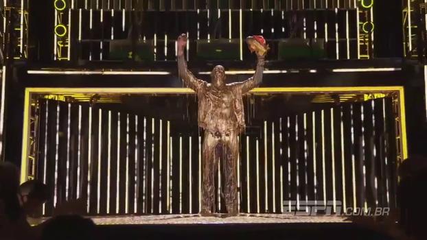 Michael Phelps recebe prêmio e leva 'banho de ouro'