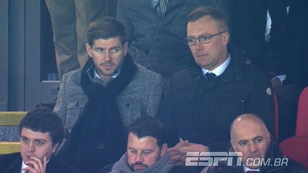 Agora aposentado, Steven Gerrard assiste ao jogo do Liverpool no Anfield