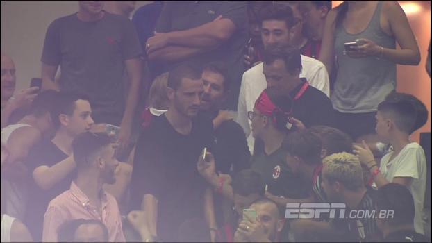 Reforço do Milan, Bonucci aparece no meio da torcida e atende fãs