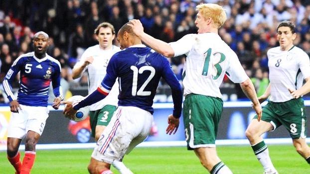 Há 7 anos, Henry ajeitava de mão e cruzava para gol decisivo da França contra a Irlanda
