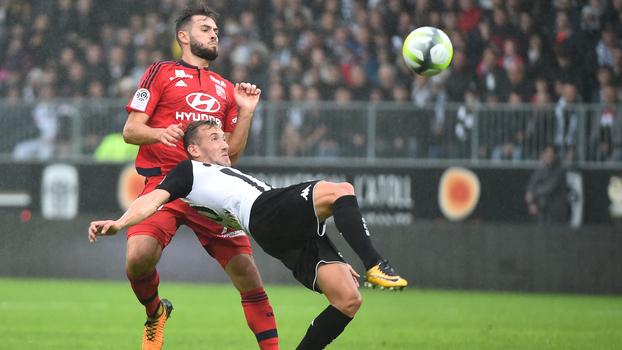 Brasileiro faz contra, Lyon chega a abrir 3 a 1, mas cede empate ao Angers