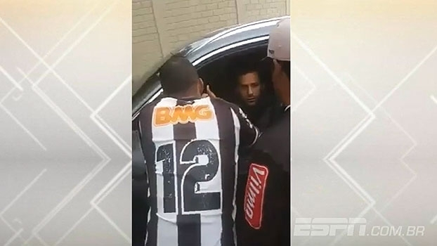 Jogadores do Atlético-MG são cobrados por torcedores na porta da Cidade do Galo