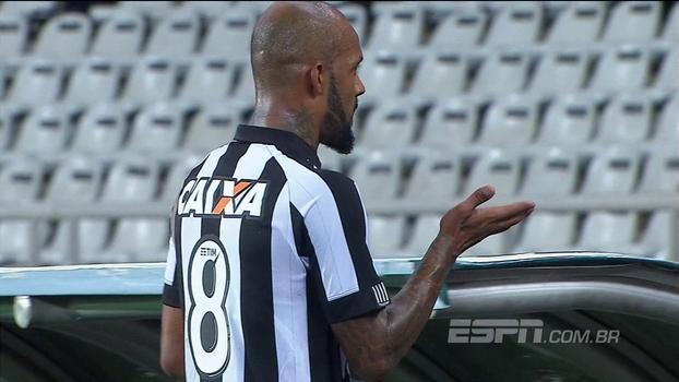 Bruno Silva sai vaiado e faz gesto para a torcida do Botafogo; veja