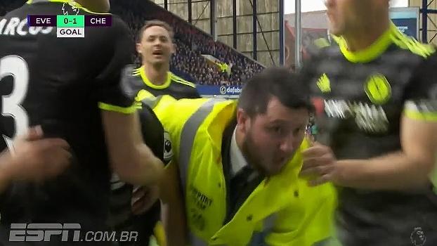 Que lambança! Pedro faz o gol, torcedor invade o campo e sobra até para o segurança do estádio