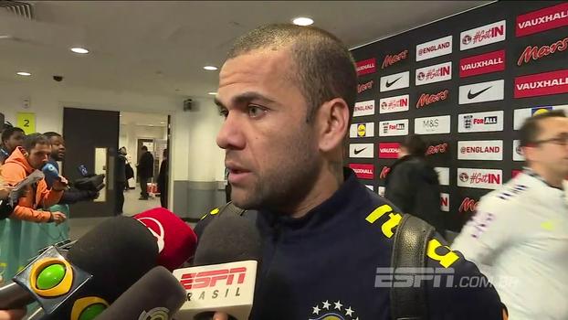 Daniel Alves minimiza atrito com meia inglês durante o jogo e aprova desempenho: 'Dever cumprido'