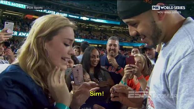 Ela disse sim! Após vencer World Series, jogador de beisebol pede namorada em casamento ao vivo