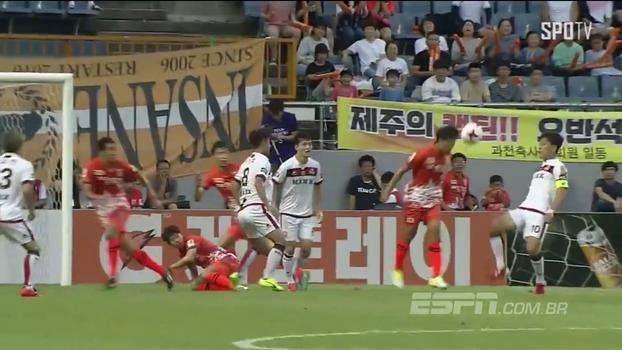 Na Coreia do Sul, atacante fica com o rebote, dá chapéu em rival e bate de canhota para anotar golaço