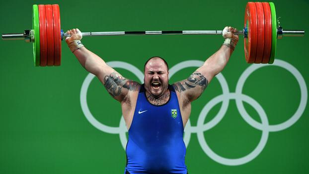 Maior atleta do levantamento de peso do Brasil vai à Justiça para poder competir