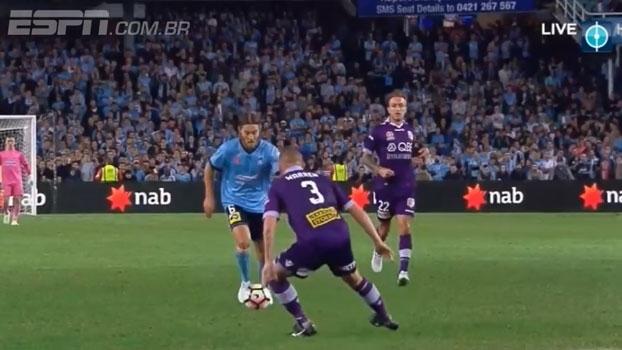 Que foguete! Meia do Sydney FC marca de muito longe nas semifinais do Campeonato Australiano
