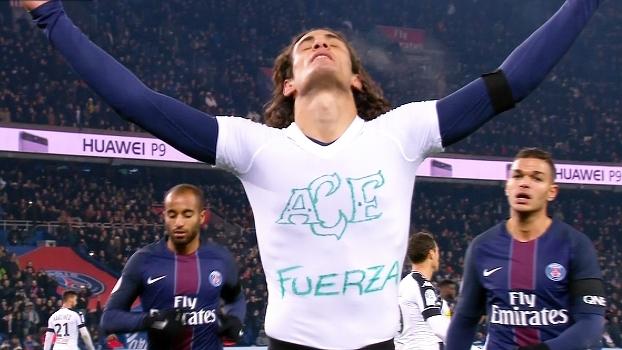 Cavani faz gol e mostra camisa em homenagem à Chape: 'Fuerza'