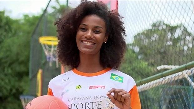 Luana Bertholo e Ju Veiga se divertem com crianças na Caravana do Esporte