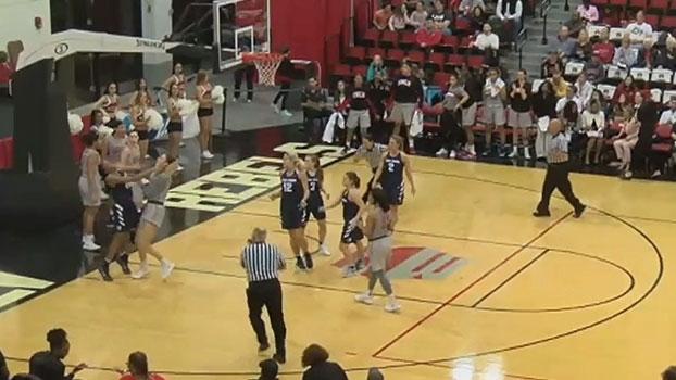 Clima esquenta no basquete universitário feminino e jogadoras trocam socos em quadra