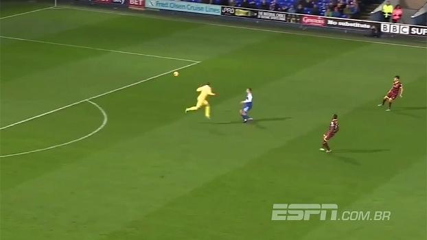 Goleiro do Queens Park Rangers protagoniza enorme lambança na 2ª divisão inglesa; assista