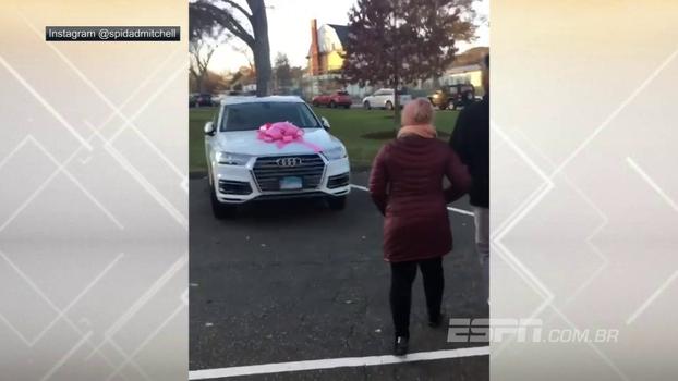 Novato do Utah Jazz faz surpresa e dá carro de presente para mãe, que não segura emoção e vai às lágrimas