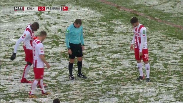 Nevou tanto que atletas não acharam a marca do pênalti, e juiz contou os passos antes da cobrança na Bundesliga