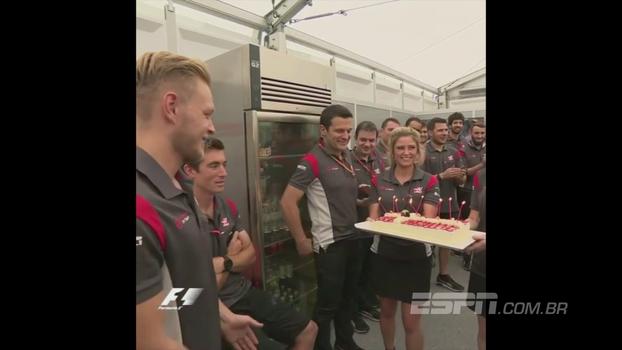 Kevin Magnussen completa 25 anos e é 'presenteado' com pedaço de bolo na cabeça