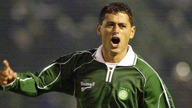 Em 2002, paraguaio Arce fez dois belos gols de falta, e Palmeiras venceu São Caetano no Palestra; reveja
