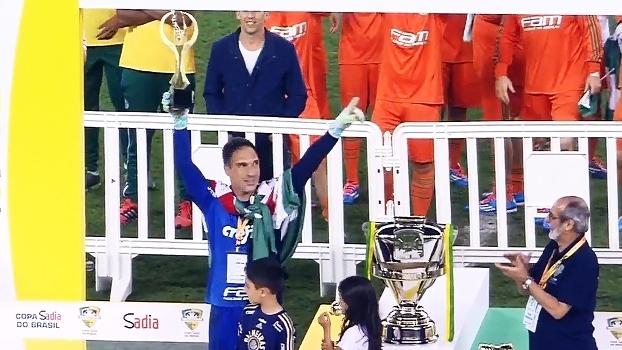 Fernando Prass recebe troféu de melhor jogador da final; veja