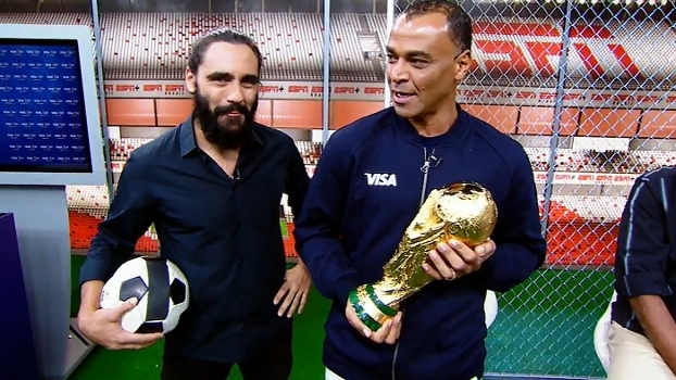 Cafu entra no estúdio do 'Resenha ESPN' com a taça da Copa do Mundo em mãos