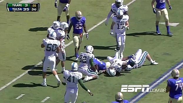 afff15c749 Imagem forte  veja o duro lance em que jogador quebrou pescoço no futebol  americano universitário