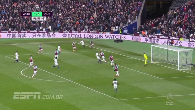Em uma das últimas chances do Chelsea, Fabregas chuta de fora da área por cima do gol