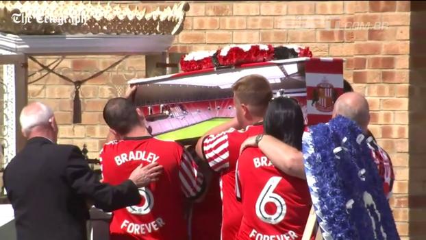 Enterro de jovem torcedor do Sunderland, vítima de câncer, comove a Inglaterra e tem presença do emocionado Jermain Defoe