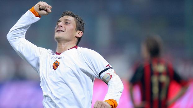 Torpedos de falta, bombas de longe, voleio e mais: veja TODOS os gols de Totti contra o Milan, rival da Roma no domingo
