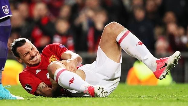 Veja momento que Ibrahimovic sente o joelho e é substituído contra o Anderlecht