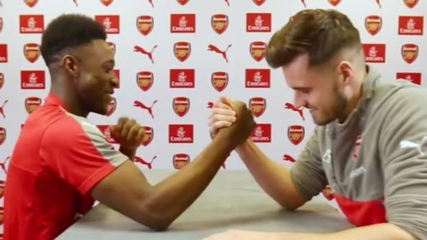 Ele tem a força: Danny Welbeck é o cara do 'braço de ferro' no Arsenal