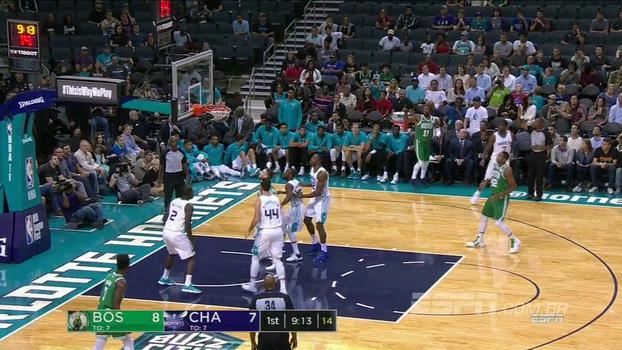 Kyrie Irving inicia jogo contra o Charlotte Hornets com a mão calibrada; veja