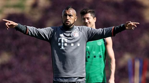 Atrás do gol, Vidal põe muito efeito na bola com toque de letra e marca em treino