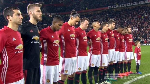 Minuto de silêncio absoluto seguido de ovação: United e West Ham prestam homenagem à Chape