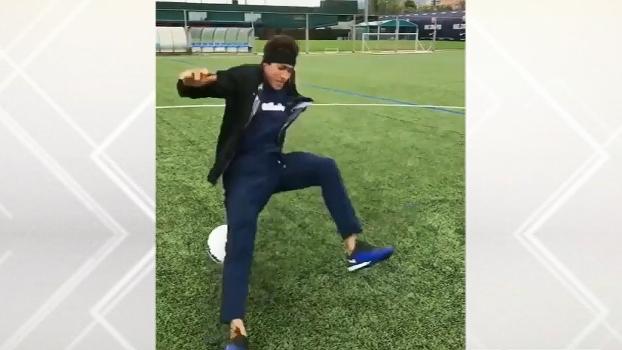 Deu ruim: Neymar pisa na bola, cai feio e nem começa a fazer embaixadinha