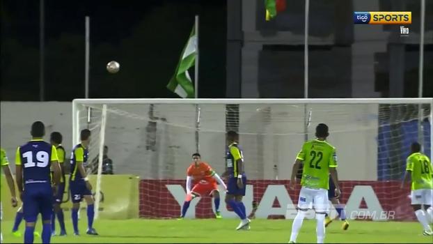 À la Roberto Carlos, jogador cobra falta com muito efeito, engana goleiro e marca golaço no campeonato Boliviano