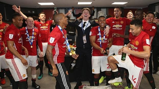 Ao lado de Pogba, Martial grava comemoração em vestiário após título do United