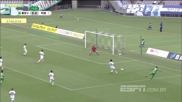 É pro outro lado! Zagueiro tenta cortar cruzamento rasteiro e faz gol contra bizarro no Japão