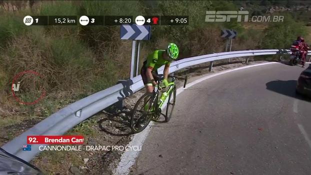 Torcedor se joga no meio de prova e ciclista passa reto em curva; veja os tombos da 12ª etapa da La Vuelta