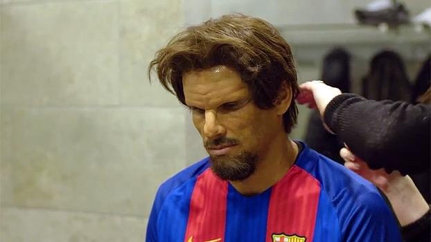 Rivaldo se disfarça e faz surpresa em jogo entre torcedores do Barcelona