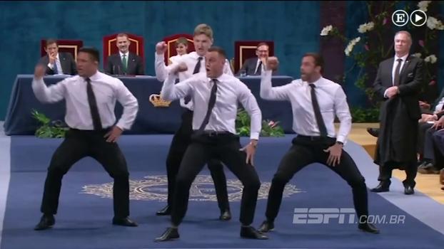 Em premiação na Espanha, quatro integrantes dos All Blacks tiram os ternos e fazem o 'Haka' de gravata