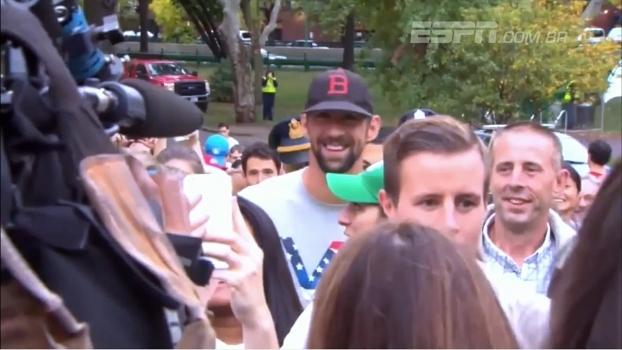 Michael Phelps troca piscina por corrida de rua e se diverte com os 'adversários'