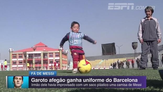 Garoto com camisa improvisada de Messi ganha uniforme do Barcelona