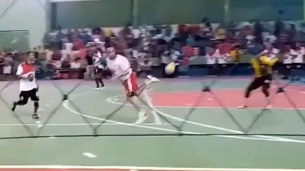 De costas, Falcão levanta a bola e faz golaço por cobertura em jogo exibição