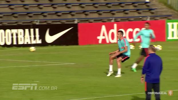 Em forma, Van Persie dá show de gols no treino da Holanda
