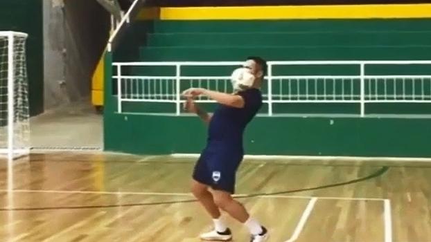 Gênio: Falcão faz truques com a bola de futsal durante treino