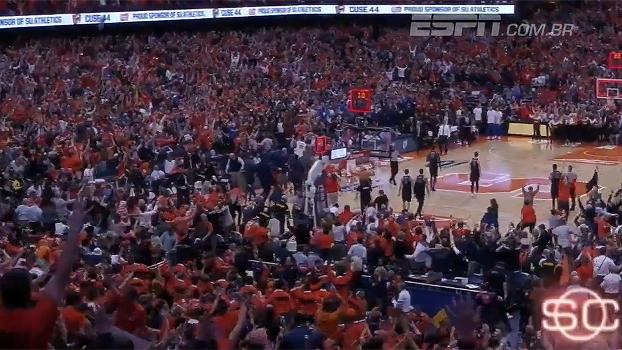Incrível! Faltando cinco segundos, jogador faz cesta e leva torcida ao delírio no basquete universitário