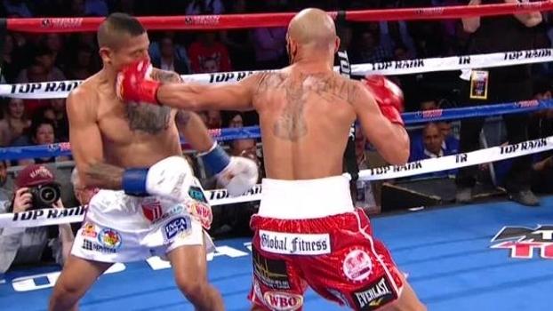 Nocaute do ano? No boxe, mexicano solta esquerda devastadora e faz oponente sair do ringue de maca após ir ao chão